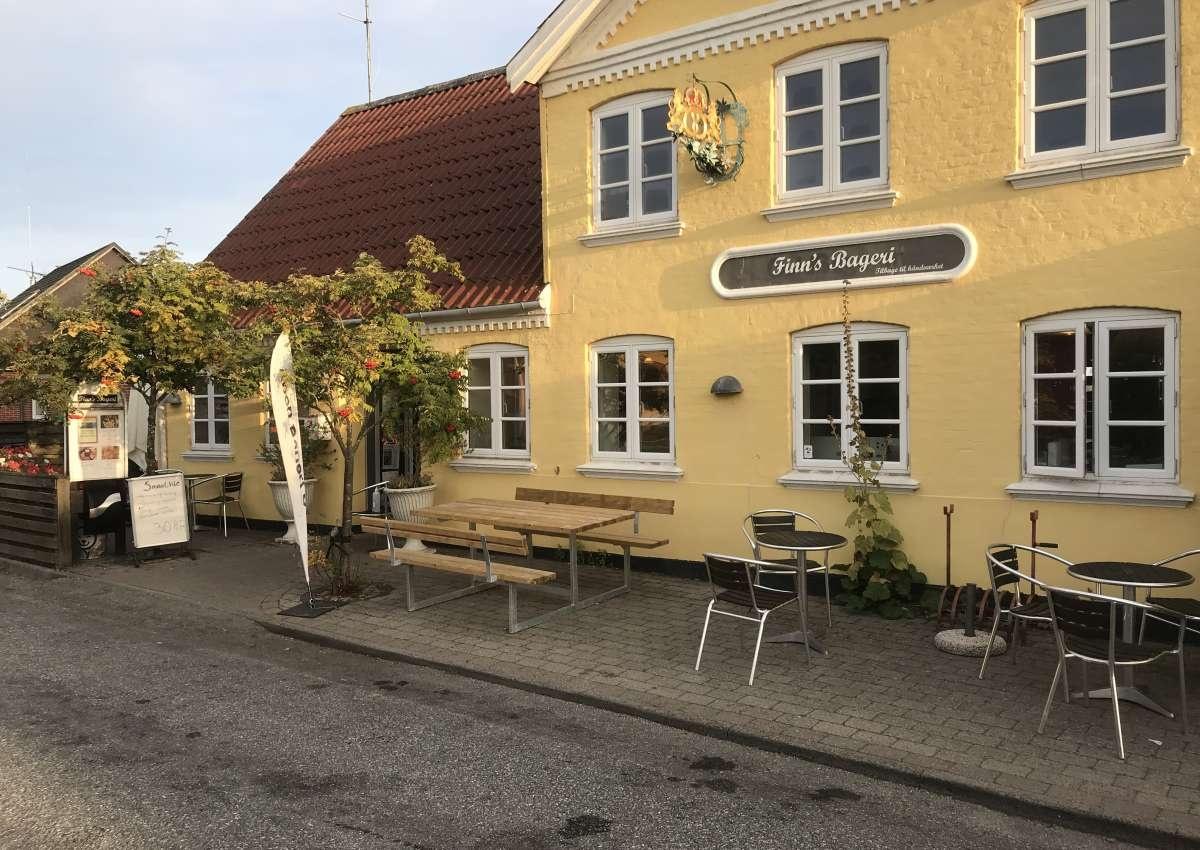 Finn's Bageri - Einkaufen & Restaurant bei Søby